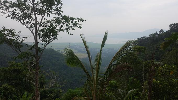 マニラ ラグーナのハイキング山肌から