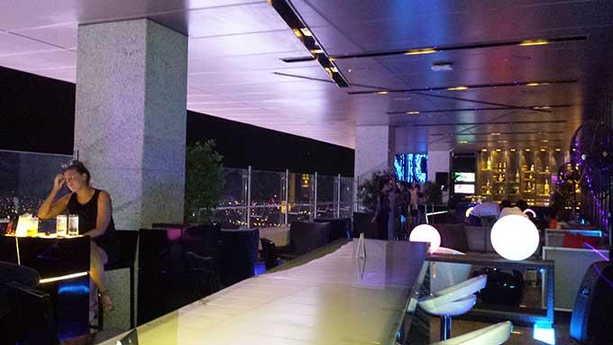 オルティガスのマルコ ポーロホテルのラウンジ「Vu's Sky Bar and Lounge」